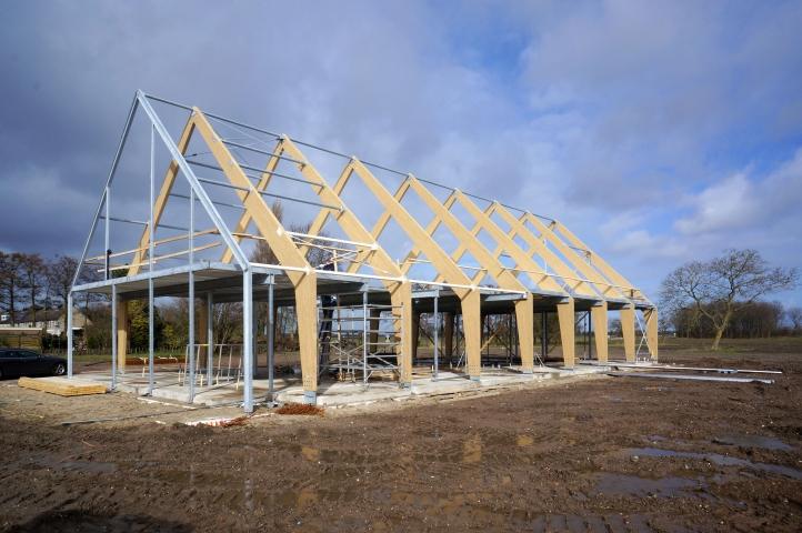 Acht gelamineerd houten spanten vormen het casco voor de nieuwe kantoorboerderij