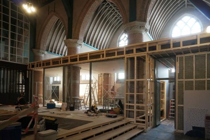 Het nieuwe interieur bij de Hervormde kerk in Abbenbroek krijgt vorm