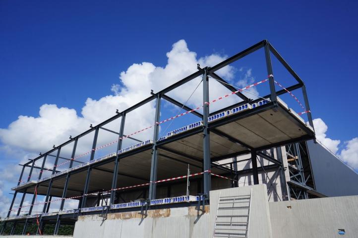 Staalconstructie voor het nieuwbouwkantoor Geerdink is gemonteerd