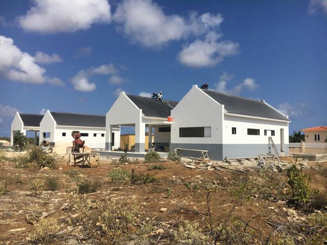 De voortgang van de bouw van twee woningen op Bonaire