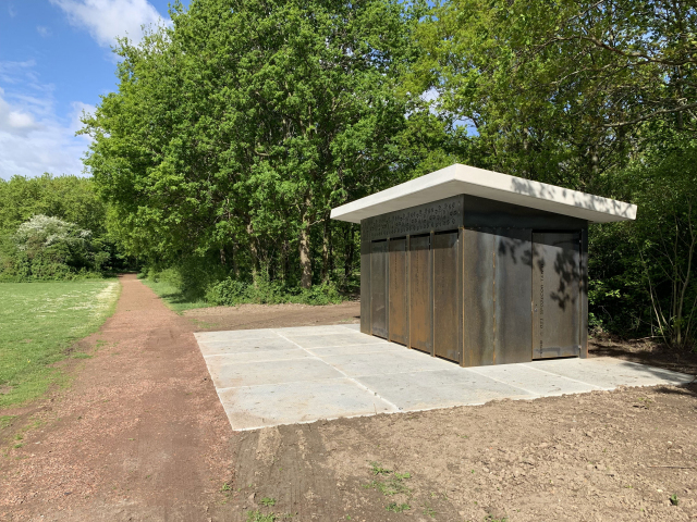 Een cortenstalen gevelbekleding voor de toiletgebouwen op Voorne-Putten