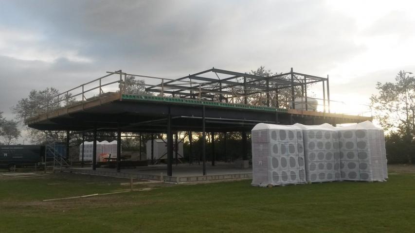 Staalconstructie voor het evenementenpaviljoen in Stellendam